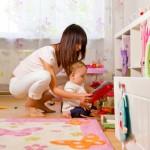 Junge alleinerziehende Single-Mutter mit Kind