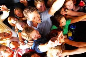 Party, feiern, Liebesglück - Partnersuche im realen Leben